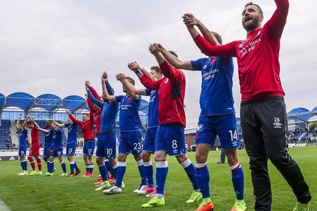 Hráči Slavie oslavují vítězství v Mladé Boleslavi.