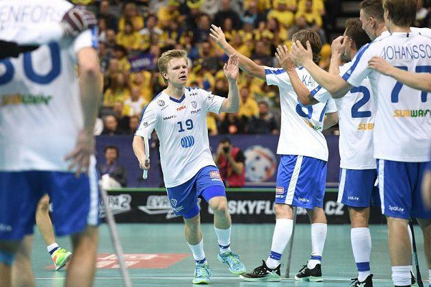 Joonas Pylsy z Finska (uprostřed) přijímá gratulaci od spoluhráčů ke gólu proti Čechům.