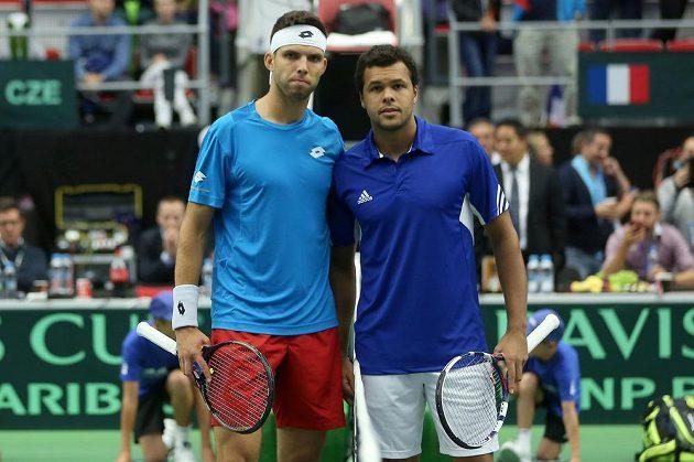 Český tenista Jiří Veselý (vlevo) a Francouz Jo-Wilfried Tsonga před začátkem zápasu.