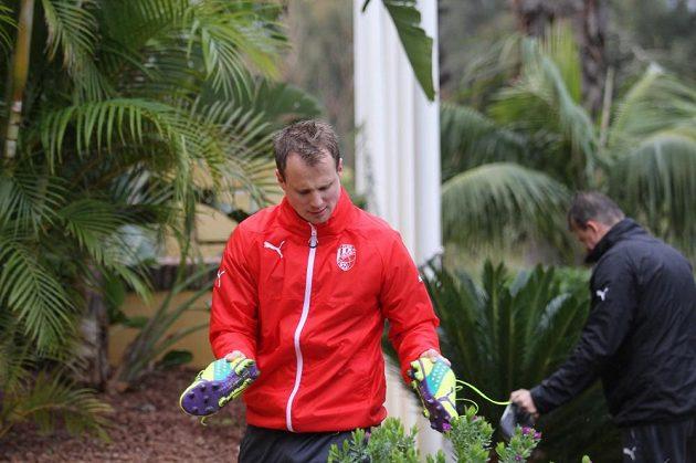 Plzeňský David Limberský míří na trénink během soustředění ve Španělsku.