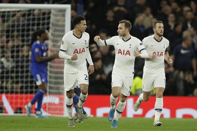Fotbalisté Tottenhamu Dele Alli (vlevo) a Christian Eriksen slaví gól při utkání Ligy mistrů.