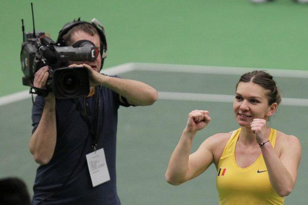 Simona Halepová a její radost. Porazila Karolínu Plíškovou a Rumunsko vede v 1. kole Fed Cupu 2:1 na zápasy.