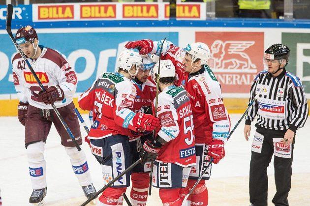 Hokejisté Pardubic (zleva) David Tomášek, Tomáš Rolinek, Nicholas Schaus a Petr Sýkora oslavují snižující gól na 1:3 proti Spartě.