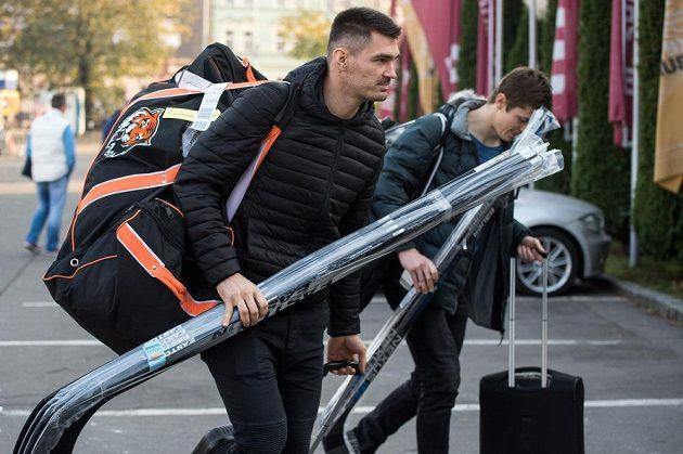 Hokejisté Jan Kolář (vpředu) a Lukáš Radil na srazu hokejové reprezentace před turnajem Karjala.