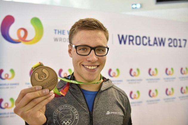 Plavec Jakub Jarolím s bronzovou medailí za třetí místo na 100 metrů kraul s dvěma ploutvemi a šnorchlem na Hrách ve Vratislavi.
