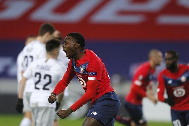 Fotbalista Lille Timothy Weah slaví gól svého spoluhráče Buraka Yilmaze proti Spartě.