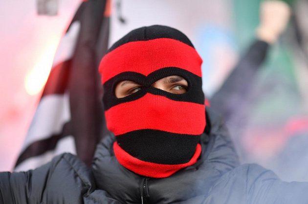 Zakuklený přéznivec AC Milán v ráži.