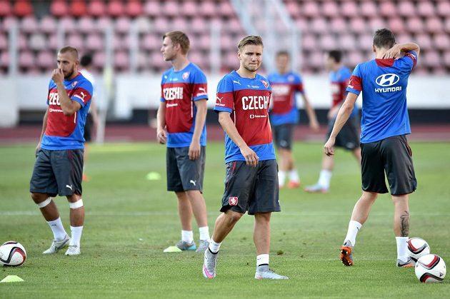 Martin Frýdek (vpředu) během tréninku české fotbalové reprezentace.
