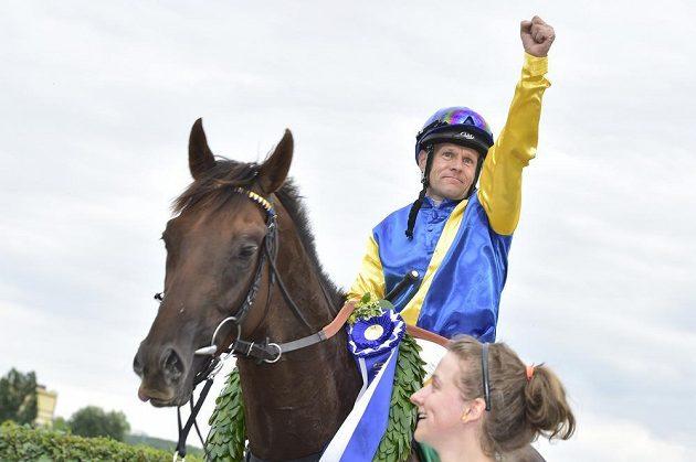Vítězný kůň Joseph s žokejem Jiřím Palíkem.