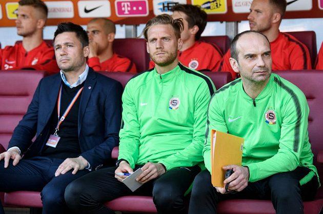 Nový asistent Pavla Hapala Oto Brunegraf (vpravo), Radoslav Kováč a vedoucí mužstva Miroslav Baranek na lavičce Sparty.