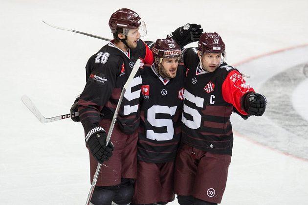 Hokejisté Sparty (zleva) Juraj Mikuš, Lukáš Pech a Jaroslav Hlinka oslavují úvodní gól v utkání Ligy mistrů proti Bernu.