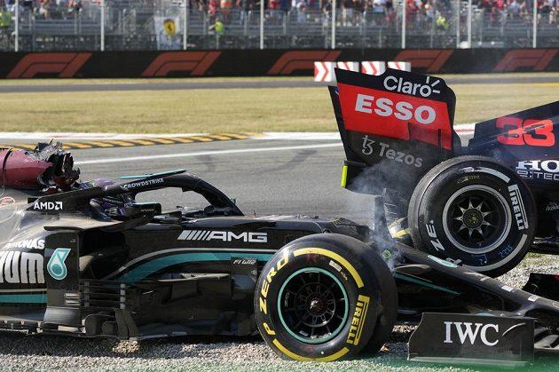 Hlavu Lewise Hamiltona při kontaktu s Maxem Verstappenem spolehlivě chránil systém HALO.