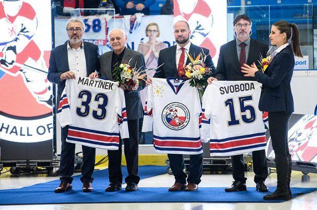 Do Síně slávy českého hokeje byli uvedeni Miroslav Martínek (druhý zleva), Jiří Šlégr a Radoslav Svoboda.