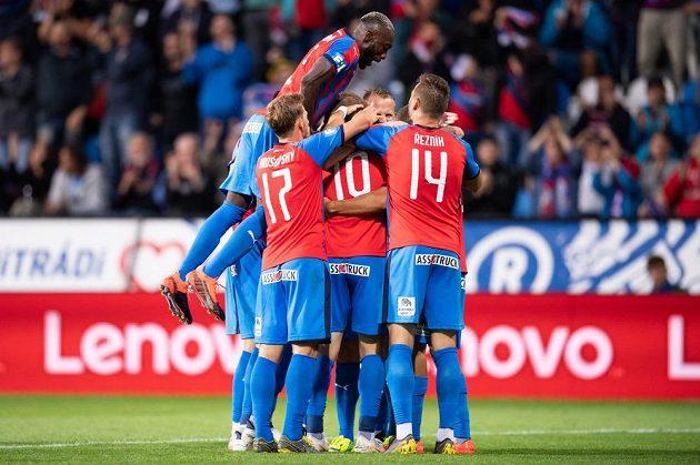 Fotbalisté Viktorie Plzeň oslavují gól Jana Kopice na 2:1 v zápase s Olomoucí.