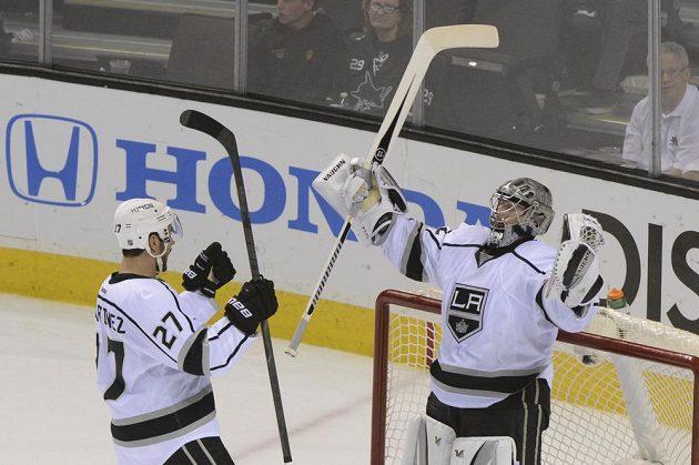 Brankář LA Kings Jonathan Quick a obránce Alec Martinez (27) se radují z postupu do čtvrtfinále play off NHL přes San Jose.