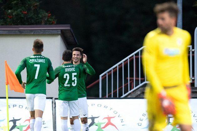 Michala Trávník z Jablonce oslavuje ze spoluhráči svůj druhý gól proti Plzni.