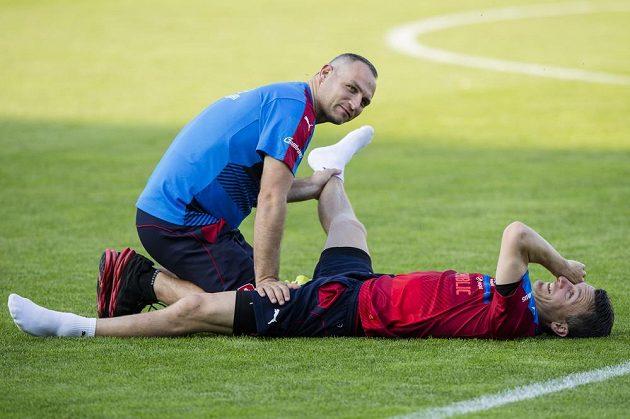 Čeští fotbalisté ve středu poprvé trénovali ve francouzském Tours. Na snímku David Lafata při strečinku.