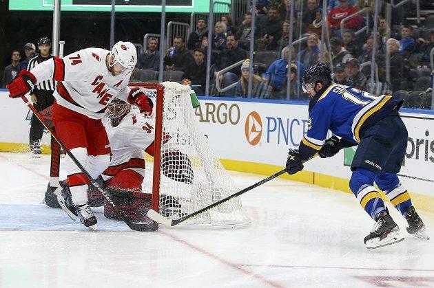 Gólman Caroliny Hurricanes Petr Mrázek (34) zasahuje v utkání NHL na ledě St. Louis.