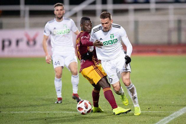 Dávid Guba z Karviné a Mohamed Doumbia z Dukly Praha v akci během utkání 25. kola Fortuna ligy.