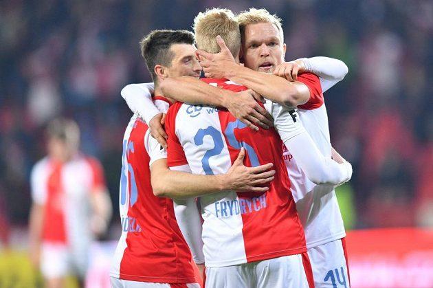 Fotbalisté Slavie oslavují vstřelený gól v duelu s Baníkem.