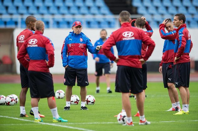 Nový trenér české fotbalové reprezentace Karel Jarolím během prvního tréninku.