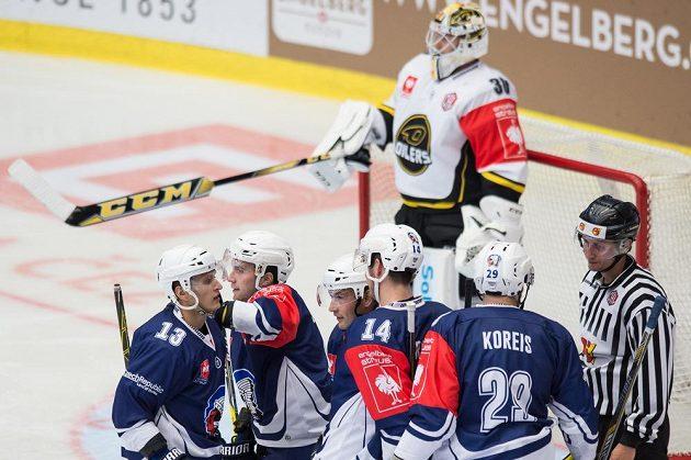 Hokejisté Plzně se radují z gólu proti Stavangeru. Vzadu brankář Oilers Henrik Holm.