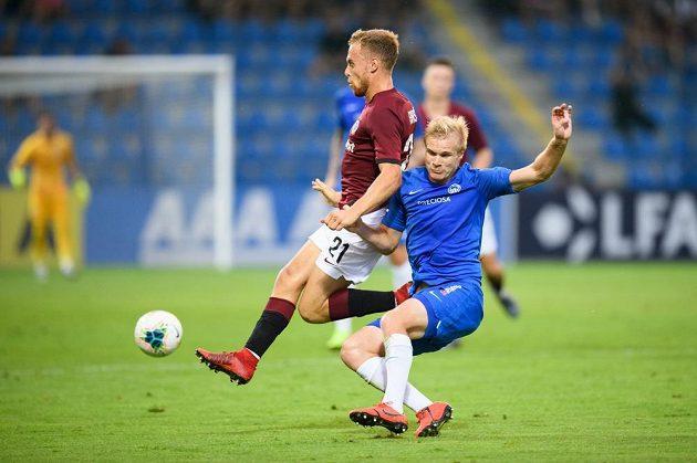 Martin Hašek ze Sparty Praha a Jan Mikula ze Slovanu Liberec během utkání 7. kola Fortuna ligy.