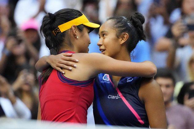 Vyhrát mohla jen jedna. Leylah Fernandezová (vpravo) gratuluje Emmě Raducanuové k triumfu na US Open.