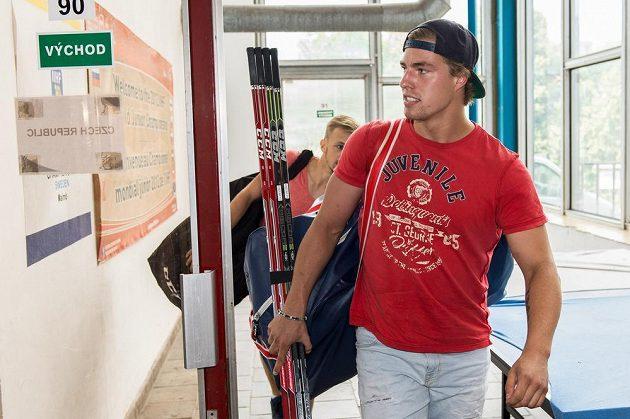 Hokejista Lukáš Lhoták přichází na sraz reprezentace v Rokycanech.
