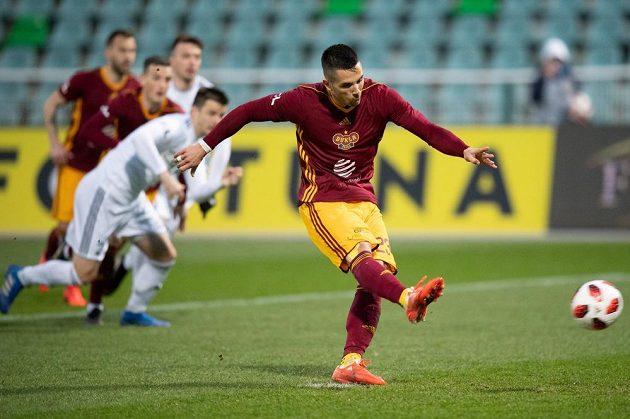 Uroš Duranovič z Dukly Praha proměňuje nařízenou penaltu během utkání 25. kola Fortuna ligy s Karvinou.