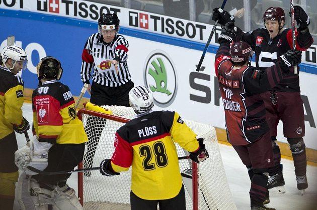 Sparťan Miroslav Forman se raduje z třetího gólu v odvetě čtvrtfinále Ligy mistrů proti Bernu.