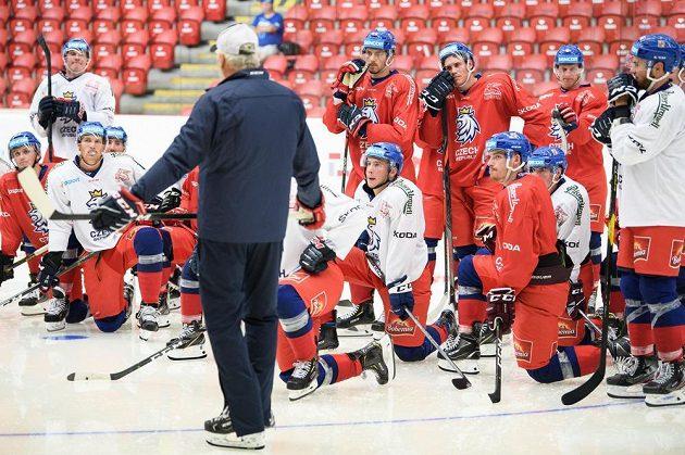 Hokejisté poslouchají pokyny trenéra Miloše Říhy v rámci letního kempu hokejové reprezentace