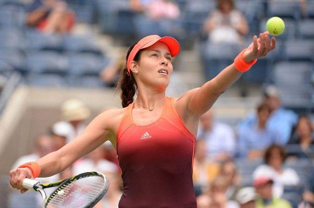 Srbská tenistka Ana Ivanovičová servíruje v zápase se Slovenkou Dominikou Cibulkovou.