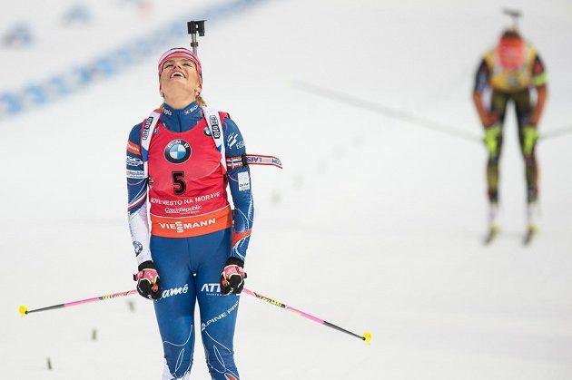 Gabriela Koukalová v cíli závodu s hromadným startem na 12,5 km ve Vysočina Areně v Novém Městě na Moravě.