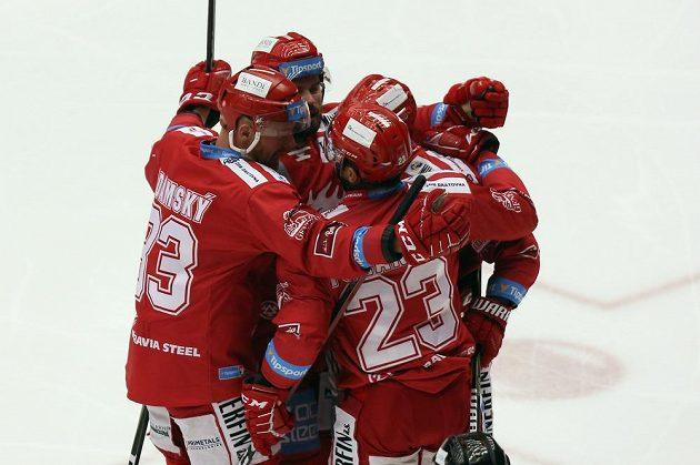 Hráči Třince se radují z prvního gólu proti Spartě.