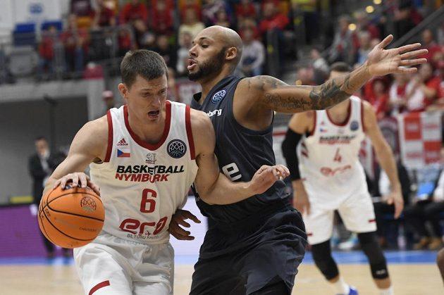 Pavel Pumprla z Nymburka a Maurice Stuckey z Bambergu během utkání 1. kola skupiny C basketbalové Ligy mistrů.