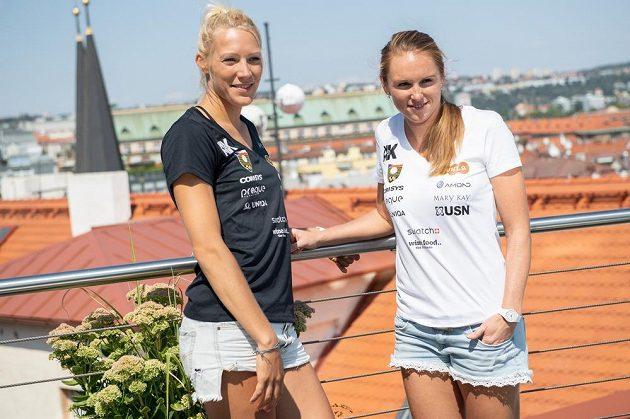 Beachvolejbalistky Kristýna Hoidarová Kolocová (vpravo) a Michala Kvapilová nad Prahou...