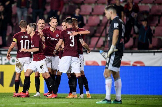 Libor Kozák ze Sparty Praha oslavuje se spoluhráči gól na 3:0 během utkání proti Sigmě.