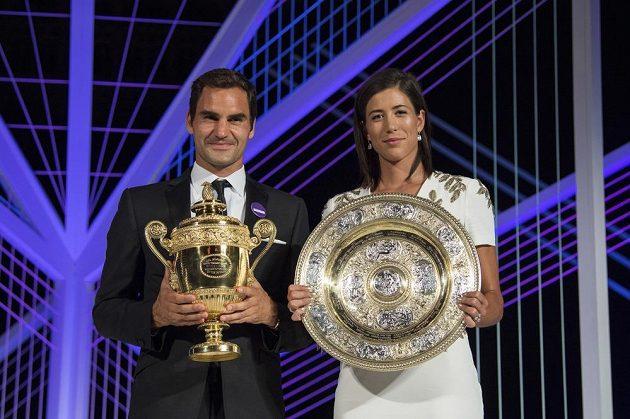 Šampióni Wimbledonu Roger Federer (vlevo) a Garbině Muguruzaová na večírku šampiónů.