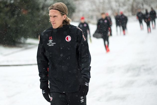 Zimní posila Slavie Per–Egil Flo během prvního tréninku v pražském Edenu.