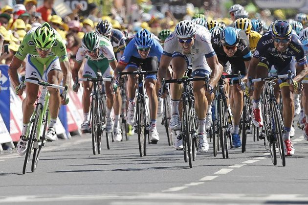 Sagan (úplně vlevo) při dojezdu v sedmé etapě Tour de France.