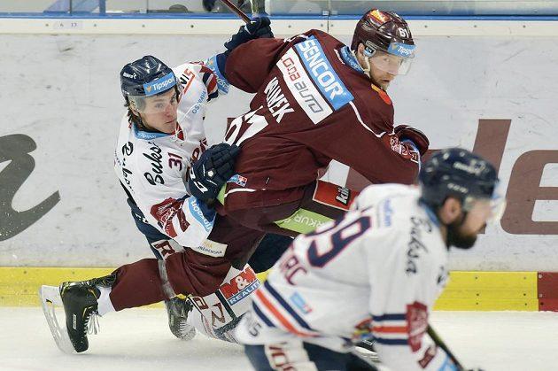 Hokejista Lukáš Klimek ze Sparty v utkání předkola play off proniká mezi dvojicí vítkovických hráčů Tomášem Gumanem a Romanem Szturcem.