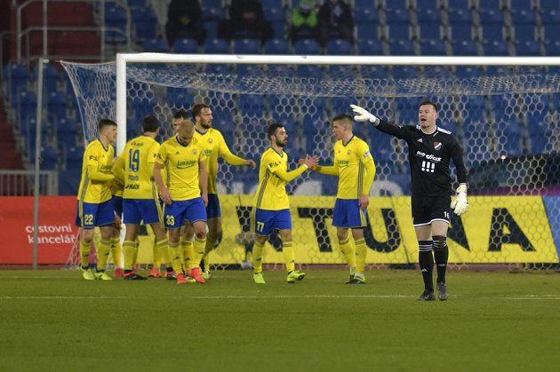 Hráči Zlína se radují z prvního gólu proti Baníku, vpravo je brankář Baníku Jan Laštůvka.