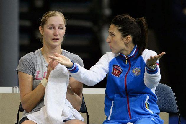 Kapitánka ruského týmu Anastasia Myskinová (vpravo) diskutuje během úterního tréninku v O2 areně s Jekatěrinou Makarovovou.