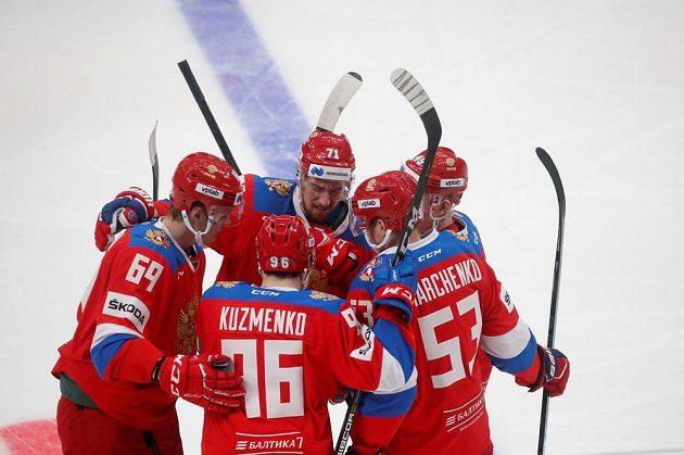 Hokejisté Ruska se radují z prvního gólu proti Česku.