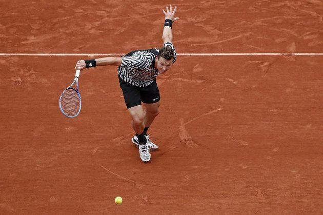 Tomáš Berdych během čtvrtfinálového zápasu French Open s Novakem Djokovičem.