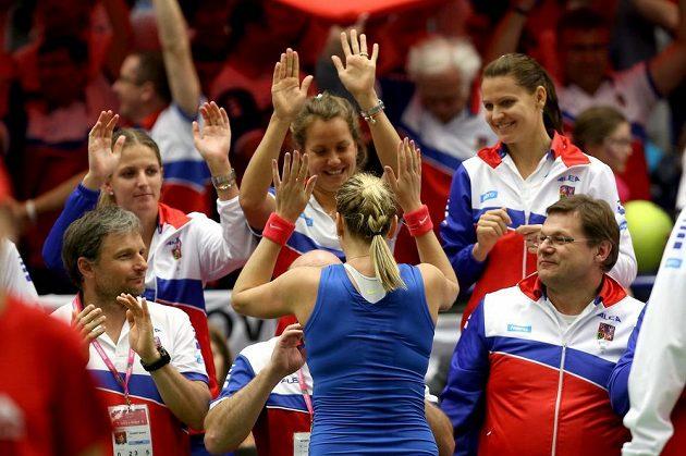 Petra Kvitová oslavuje s dalšími členy českého fedcupového týmu svou výhru nad Kristinou Mladenovicovou z Francie.