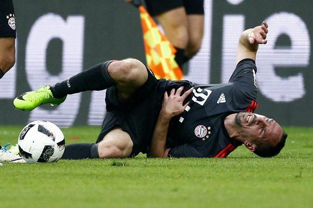 Franck Ribéry z Bayernu s bolestivou grimasou na trávníku.