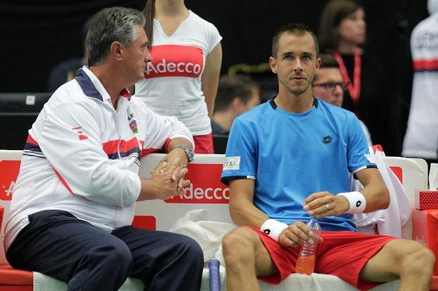 Lukáš Rosol (vpravo) a nehrající kapitán Jaroslav Navrátil během zápasu s Francouzem Tsongou.
