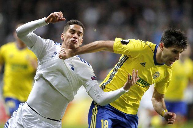 Kodaňský Pieros Sotiriou (vlevo) a Zoran Gajič v duelu Evropské ligy na stadiónu Parken.